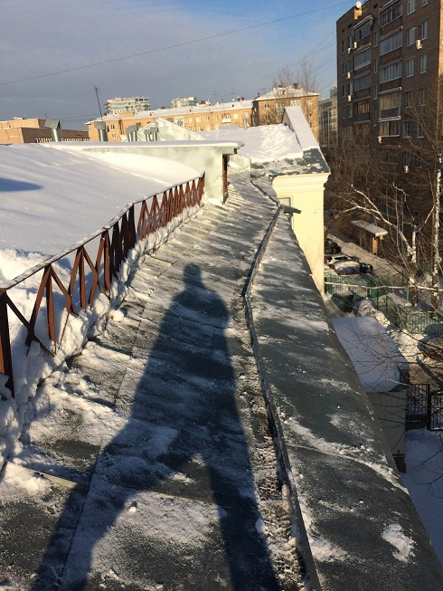 Уборка снега кровли мембранной